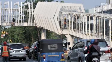 Kondisi lalu lintas sekitar Skybridge Stasiun LRT Velodrome-Halte Transjakarta Pemuda, Rawamangun, Jakarta, Selasa (11/6/2019). Pengoperasian LRT Kelapa Gading-Velodrome kembali diundur karena belum selesainya pembangunan Skybridge LRT Velodrome-Halte Transjakarta Pemuda. (merdeka.com/Iqbal Nugroho)