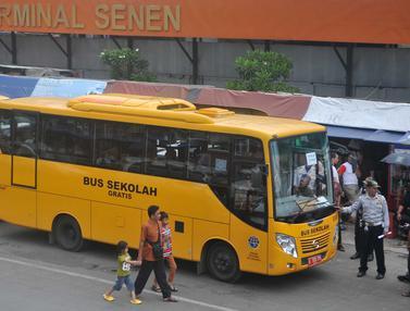 20151221- Bus Sekolah Gantikan Metro Mini di Terminal Senen-Jakarta