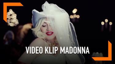 Madonna merilis video klip terbarunya yang berjudul 'Madellin' dari album terbarunya, 'Madame X'. Pada lagu ini sang Ratu Pop berkolaborasi dengan seorang penyanyi latin bernama Maluma. Madonna tampil seksi dalam video klip walau kini ia berusia 60 t...
