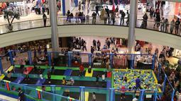 Suasana wahana permainan di pusat perbelanjaan Depok, Jawa Barat Sabtu (29/12). Libur Natal dan Tahun Baru dimanfaatkan sebagian warga dengan mengunjungi pusat perbelanjaan bersama keluarga. (Liputan6.com/Immanuel Antonius)
