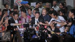 Direktur Utama PT Pelindo II, Richard Joost Lino menjawab pertanyaan wartawan usai menjalani pemeriksaan di Bareskrim Mabes Polri, Jakarta, (9/11/2015). RJ Lino diperiksa sebagai saksi dugaan korupsi pengadaan 10 mobil crane. (Liputan6.com/Gempur M Surya)