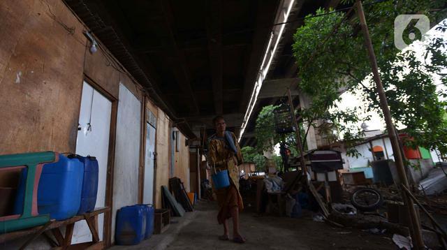 Penjual jamu gendong melintasi permukiman warga di Kawasan Penjaringan, Jakarta, Sabtu (23/11/2019). Berdasar standar Bank Dunia, jumlah penduduk di bawah garis kemiskinan justru naik menjadi 24 persen pada Oktober 2019 lebih tinggi dari April 2019 yang sebesar 23,7 persen. (merdeka.com/Imam Buhori)