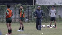 Pelatih Fakhri Husaini saat memimpin Timnas Indonesia U-19 berlatih di Stadion Padjajaran, Kota Bogor, Kamis (26/9/2019). (Bola.com/Yoppy Renato)