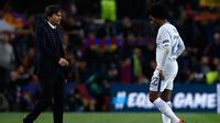 Pelatih Chelsea, Antonio Conte dan gelandang Willian tertunduk lesu usai pertandingan melawan Barcelona pada leg kedua babak 16 besar Liga Champions di stadion Camp Nou (14/3). Barcelona menang telak 3-0 atas Chelsea. (AP Photo/Manu Fernandez)