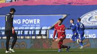Kiper Liverpool Alisson Becker dan bek Ozan Kabak tampak kecewa usai striker Leicester City mencetak gol dalam laga lanjuta Liga Inggris di King Power Stadium, Sabtu (13/2/2021). (Michael Regan/Pool Photo via AP)