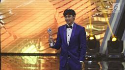 Pesinetron Immanuel Caesar Hito menyampaikan sambutan setelah meraih penghargaan ajang SCTV Awards 2017 di Studio 6 Emtek City, Jakarta, Rabu (29/11). Hito membawa pulang piala untuk kategori Aktor Pendukung Pria Ngetop. (Liputan6.com/Herman Zakharia)