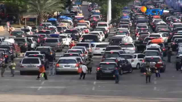Ribuan kendaraan dari Jakarta, Bekasi, dan Bogor, antre menuju Pelabuhan Merak, Banten, pada Seninm (11/06) siang.
