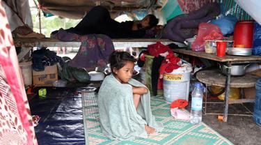 Para korban banjir tinggal di dalam tenda yang didirikan di pinggir sebuah jalan di Distrik Mongkul Borey, Provinsi Banteay Meanchey, Kamboja, pada 21 Oktober 2020. Sejauh ini banjir bandang di Kamboja telah merenggut 34 jiwa dan memaksa puluhan ribu orang dievakuasi. (Xinhua/Li Lay)