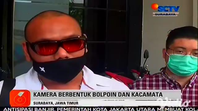 Seorang model JJ (25) asal Surabaya, Jawa Timur, melaporkan pemilik studio foto ke Mapolrestabes Surabaya. Pemilik studio foto diduga dengan sengaja meletakkan kamera tersembunyi berbentuk bolpoin dan kacamata di kamar ganti.