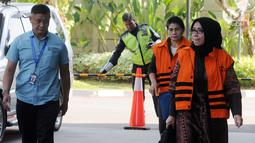 Tersangka anggota DPR Komisi VII Eni Saragih (depan) dan Hakim Adhoc Tipokor PN Medan Merry Purba (belakang) akan menjalani pemeriksaan di Gedung KPK, Jakarta, Rabu (5/9). Merry diperiksa perdana pascaditahan terkait dugaan suap. (Merdeka.com/Dwi Narwoko)