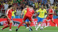 Penyerang Brasil, Neymar Jr menggiring bola saat bertanding melawan Serbia pada grup E Piala Dunia 2018 di Stadion Spartak di Moskow, Rusia (27/6). Brasil menang 2-0 atas Serbia dan melaju ke babak 16 besar dengan poin 7. (AP Photo/Matthias Schrader)
