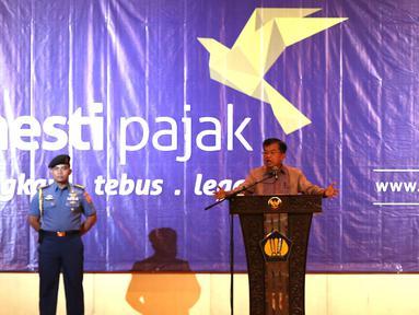 Wapres Jusuf Kalla memberikan sosialisasi Tax Amnesty di Jakarta, Kamis (21/7). Sosialisasi tersebut menjelaskan kembali ke pengusaha seputar tax amnesty mulai dari formulir hingga menjawab berbagai pertanyaan program ini. (Liputan6.com/Angga Yuniar)