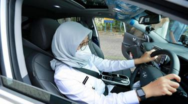 Promosikan Pariwisata Berkelanjutan, Bupati Ipuk Setir Sendiri Mobil Listrik
