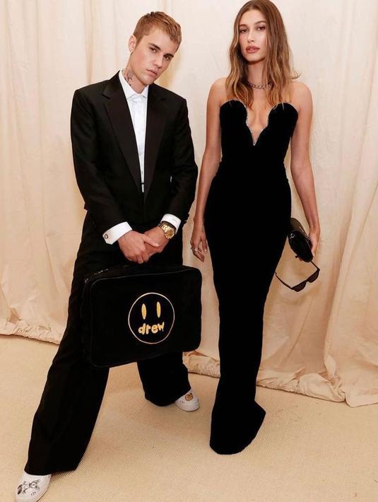 Hadir di Met Gala 2021, Justin Bieber & Hailey Bieber tampil kompak kenakan outfit serba hitam. Kece banget! (Instagram/haileyjbaldwin).