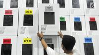 Pekerja merapikan kotak suara Pemilu yang sudah dirakit di kawasan Tugu, Cimanggis, Depok, Jawa Barat, Rabu (13/2). KPU Kota Depok mempersiapkan 27.686 kotak suara untuk didistribusikan ke 5.759 TPS di 11 kecamatan. (Liputan6.com/Herman Zakharia)