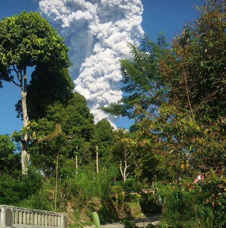 Asap Merapi difoto dari kawasan Dukun, Magelang. (foto : liputan6.com/ alpend'90/edhie prayitno ige)