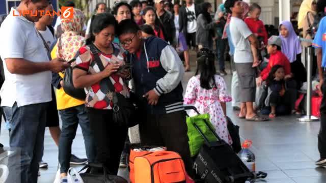 Liputan6.com, Jakarta - PT Kereta Api Indonesia (KAI) menyatakan tiket kereta jarak pendek dan menengah pada musim libur Natal dan tahun baru masih tersedia. Namun untuk kereta jarak jauh, tiketnya telah habis terjual sejak jauh-jauh hari.
