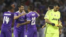 Kiper Juventus, Gianluigi Buffon, tampak sedih usai menelan kekalahan dari Real Madrid pada laga final Liga Champions di Stadion Millennium, Sabtu (3/6/2017). Juventus kalah 1-4 dari Real Madrid. (AP/Dave Thompson)
