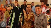 Presiden Joko Widodo mengundang perwakilan pedagang dari sejumlah pasar di Jakarta di Istana Negara, Jakarta, Kamis (3/9/2015). Jokowi mendapat baju renang dari pedagang. (Liputan6.com/Faizal Fanani)