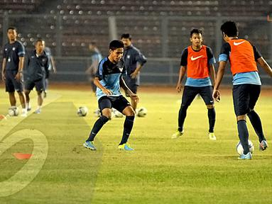 Striker Timnas U19, Evan Dimas (kiri) juga sudah terlihat berlatih bersama di Stadion GBK Jakarta (Liputan6.com/Helmi Fithriansyah)