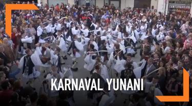 Genitsaroi dan Boules karnaval adalah tradisi tertua di Yunani. Para pria lajang menggunakan kostum kemudian berkeliling kota.