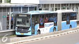 Bus Transjakarta melintas di Jalan Ir H Juanda, Jakarta, Sabtu (19/11). Jam operasional bus Transjakarta diperpanjang hingga pukul 23.00 untuk penuhi kebutuhan aktivitas masyarakat di malam hari. (Liptan6.com/Yoppy Renato)
