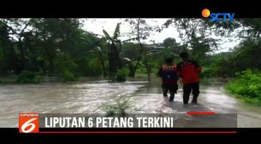 BPBD Kabupaten Cirebon, Jawa Barat, berupaya evakuasi korban banjir di dua desa Kecamatan Gunungjati.