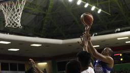 Pemain Satria Muda, Arki Dikania, berusaha mencetak poin saat menghadapi NSH Jakarta pada laga semi final IBL 2019 di GMSB Kuningan, Jakarta, Jumat(8/3). (Bola.com/Yoppy Renato)