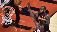 Aksi LeBron James saat Cavaliers Kalahkan Raptors di Gim Pertama Play-off NBA (AP)