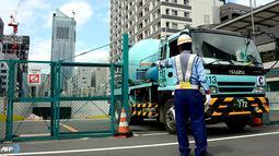 Sebuah truk meninggalkan proyek konstruksi pembangunan akses jalan menuju pusat kota Tokyo Olympic Village 2020. (AFP/ Toru Yamanaka/wwn)
