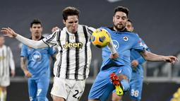 Penyerang Juventus, Federico Chiesa, berebut bola dengan pemain Spezia, Riccardo Marchizza, pada laga Liga Italia di Stadion Allianz, Selasa (2/3/2021). Juventus menang telak 3-0. (Marco Alpozzi/LaPresse via AP)