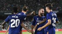 Para pemain Real Madrid merayakan gol yang dicetak Dani Carvajal dalam laga kontra Real Betis di Stadion Benito Villamarin, Seville, Minggu (29/8/2021) dini hari WIB. Real Madrid menang 1-0 dalam laga tersebut. (AP Photo/Jose Breton)