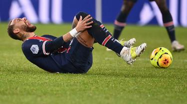 Neymar merupakan pemain yang memiliki keahlian dalam menggiring bola dan melewati lawan. Di sisi lain, pemain PSG tersebut juga dianggap sebagai sosok yang kerap melakukan diving karena gampang terjatuh jika bersentuhan dengan lawan, khususnya di dalam kotak pinalti. (Foto: AFP/Franck Fife)
