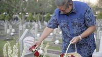 Susilo Bambang Yudhoyono menabur dua bunga kesukaan Ani Yudhoyono, mawar merah dan melati (dok. Instagram @kibcentre/https://www.instagram.com/p/By2rwK3hRTb/Fairuz Fildzah)
