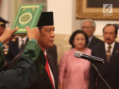 Letjen Doni Monardo mengucapkan sumpah jabatan saat pelantikan Kepala Badan Nasional Penanggulangan Bencana (BNPB) di Istana Negara, Jakarta, Rabu (9/1). Doni Monardo menggantikan Kepala BNPB sebelumnya, Willem Rampangilei. (Liputan6.com/Angga Yuniar)