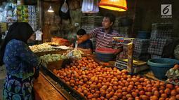 Pedagang melayani pembeli saat membeli sembako di Pasar Kebayoran Lama, Jakarta, Kamis (2/5/2019). Naiknya harga kebutuhan pokok jelang Ramadan dikarenakan permintaan konsumen meningkat. (Liputan6.com/JohanTallo)