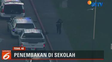Seorang siswi menyatakan melihat lelaki bersenjata memasuki kelasnya dan menembaki para siswa.