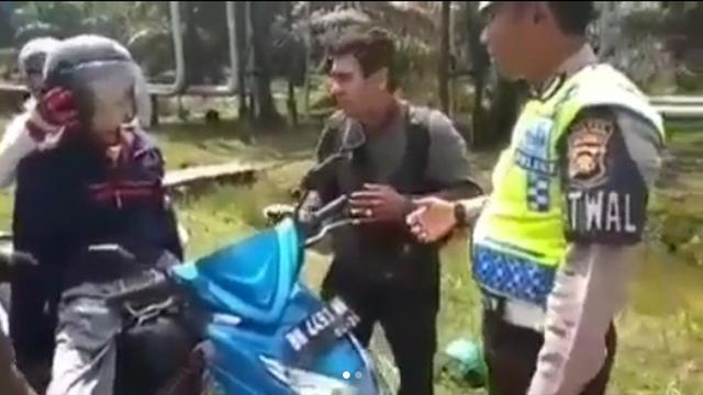 Mayat dibawa menggunakan sepeda motor
