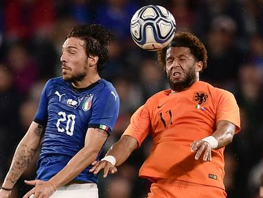 Duel Pemain Italia, Simone Verdi (kiri) dan pemain Belanda, Tonny Vilhena (kanan) pada laga uji coba di Allianz Stadium, Turin, (4/6/2018). Italia dan Belanda bermain imbang 1-1. (AFP/Marco Bertorello)