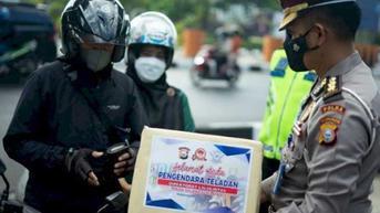 Polisi Berikan Hadiah Kepada Pemotor yang Taat Peraturan