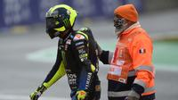 Valentino Rossi usai mengalami kecelakaan pada balapan MotoGP 2020 di Sirkuit Le Mans, Prancis, Minggu (11/10/2020). (JEAN-FRANCOIS MONIER / AFP)