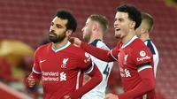 Gelandang Liverpool, Mohamed Salah (kiri) melakukan selebrasi bersama Curtis Jones, usai mencetak gol pertama timnya ke gawang Tottenham Hotspur dalam laga lanjutan Liga Inggris 2020/21 pekan ke-13 di Anfield Stadium, Rabu (16/12/2020). Liverpool menang 2-1 atas Tottenham. (AFP/Peter Powell/Pool)
