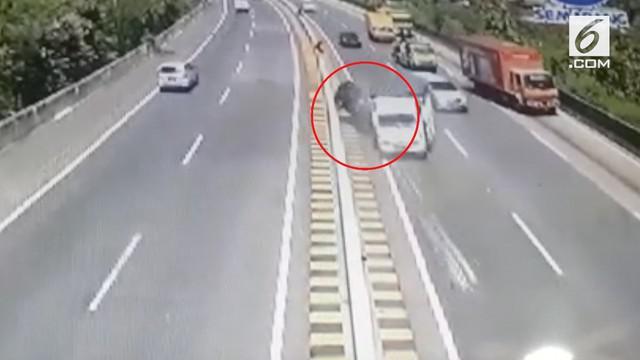 Sastrawan besar Indonesia Nh Dini meninggal dalam sebuah kecelakaan di jalan tol. Rekaman cctv menunjukan mobil yang dikendarai Nh Dini ditabrak sebuah truk.