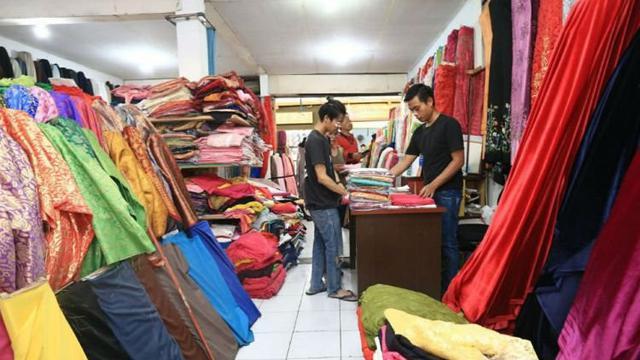 Toko-toko kain di kawasan ini terbilang lengkap dengan menjual berbagai  jenis kain baik tradisional 1fdac018fe