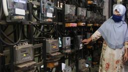 Warga melakukan pengecekan meteran listrik di rusun kawasan Jakarta, Kamis (13/8/2020). Pemerintah memperpanjang pemberian stimulus listrik untuk pelanggan golongan rumah tangga 450 VA dan 900 VA subsidi, serta pelanggan UMKM hingga Desember 2020. (Liputan6.com/Angga Yuniar)