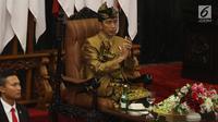 Presiden Joko Widodo dengan baju adat suku Sasak NTB menyampaikan pidato kenegaraan dalam Sidang Bersama DPD-DPR di Kompleks Parlemen, Senayan, Jakarta, Jumat (16/8/2019). Setelah sidang tahunan MPR 2019 berakhir, agenda berlanjut ke sidang bersama DPD-DPR. (Liputan6.com/Johan Tallo)