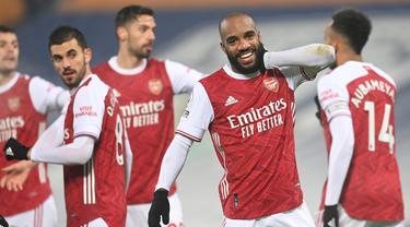 Striker Arsenal, Alexandre Lacazette melakukan selebrasi usai mencetak gol ketiga timnya ke gawang West Bromwich Albion dalam laga lanjutan Liga Inggris 2020/21 pekan ke-17 di Hawthorns Stadium, Sabtu (2/1/2021). Arsenal menang 4-0 atas West Bromwich Albion. (AFP/Michael Regan/Pool)