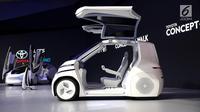 Sebuah mobil Toyota i-Ride diperkenalkan pada GAIKINDO Indonesia International Auto Show (GIIAS) 2018 di ICE BSD, Tangsel, Kamis (2/8). Mobil tanpa lingkar kemudi ini terdapat 2 kursi dengan mengadopsi teknologi nirsopir. (Liputan6.com/Fery Pradolo)