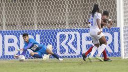 Kiper Persipura Jayapura, Fitrul Dwi Rustapa (kiri) menangkap bola saat melawan Arema FC dalam laga pekan ke-5 BRI Liga 1 2021/2022 di Stadion Madya, Jakarta, Rabu, (29/9/2021). Persipura kalah 0-1. (Bola.com/ M Iqbal Ichsan)