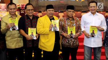 Ketua DPR Bambang Soesatyo atau Bamsoet (kanan) bersama Ketua PBNU Said Aqil Siradj (dua kanan) dan Sekjen Partai Golkar Lodewijk Frederich (kiri) hadir dalam peluncuran buku Komunikasi Politik Jokowi di Jakarta, Jumat (9/3). (Liputan6.com/JohanTallo)